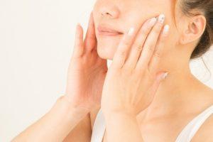 スキンケアをしている女性の顔の画像