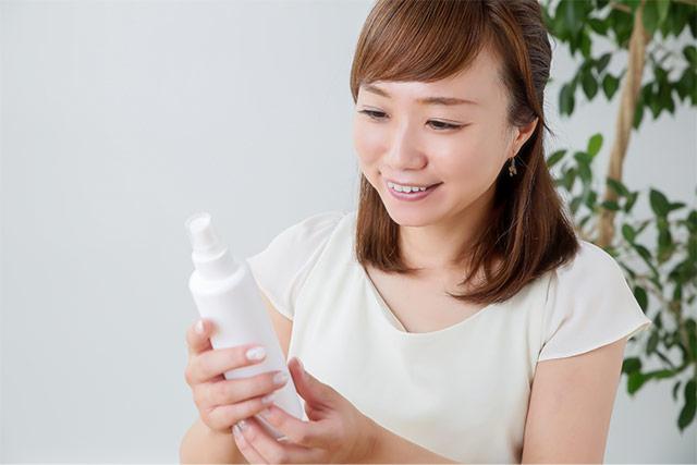 化粧水を持つ女性