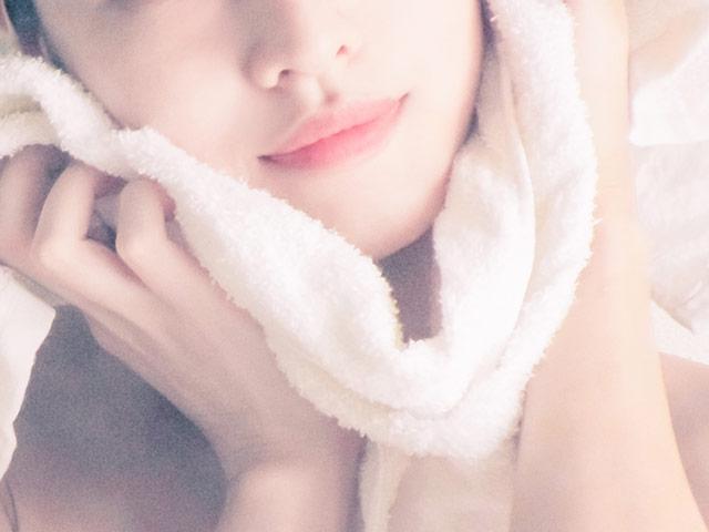 タオルで顔を覆う